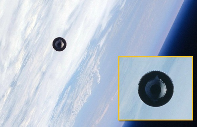 "The Space Shuttle ""Atlantis"" photographed a UFO in space! 31"