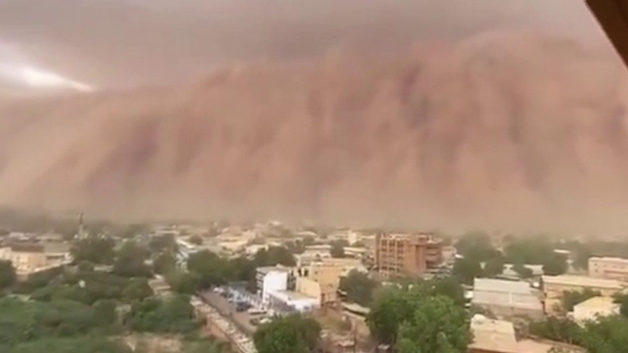"Huge ""apocalyptic"" dust cloud covers Niger's capital in Africa 32"