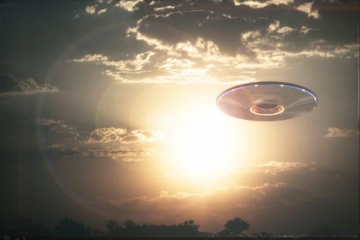 """Pentagon consultant reveals that some UFOs """"are not of this world"""" and that there is physical evidence of this 32"""