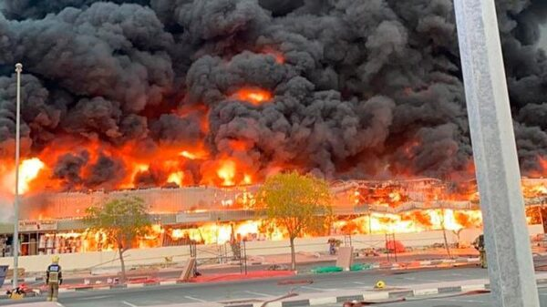 A huge fire breaks out in a city in the United Arab Emirates 8