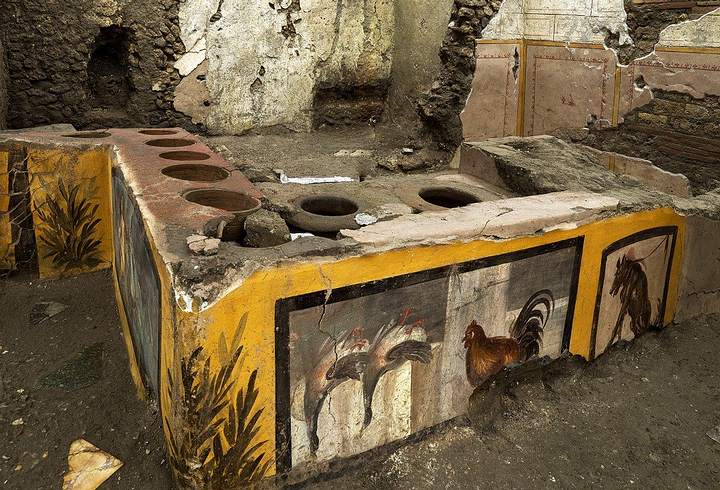 Amazingly preserved fast food stall reveals what the Romans ate in Pompeii 36